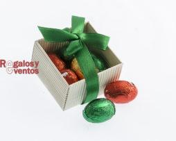 cajita cuadrada con chocolates y lazo verde