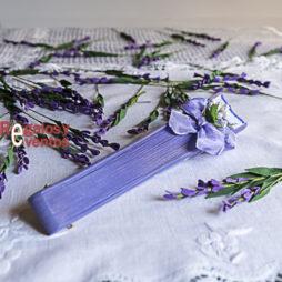 abanico violeta con lunares blancos pick floral y lazo violeta