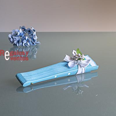 abanico azul con lunares blancos pick floral y lazo blanco