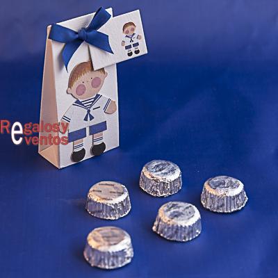 cajita primera comunión de bombones con niño vestido de marinero