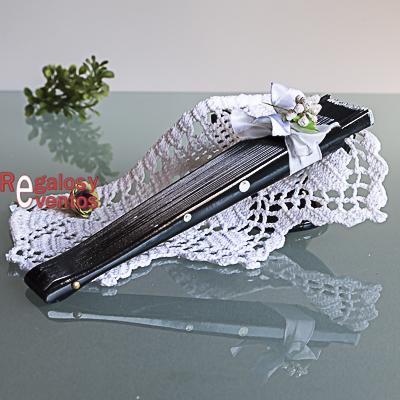 abanico negro con lunares blancos pick floral y lazo blanco
