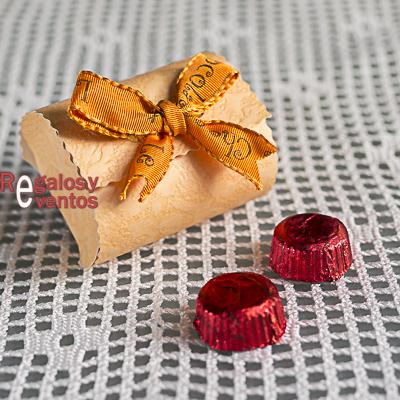 cajita de chocolates con lazo naranja