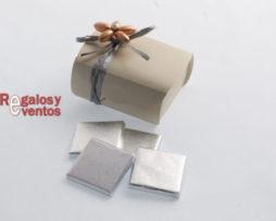 chocolates para bodas – Napolitanas en cajita y pick floral