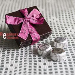 cajita de chocolates para bodas con lazo en rosa